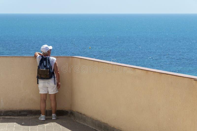 Путешественник женщины смотря море стоковое фото rf