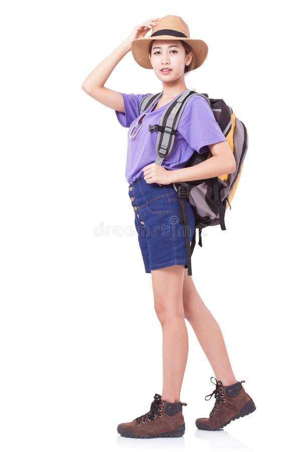 Путешественник женщины стоя на поле с рюкзаком стоковая фотография rf