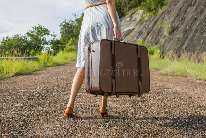 Путешественник женщины с винтажным багажом стоковое фото