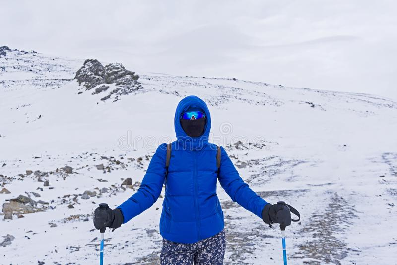 Путешественник или лыжник в windproof маске и стекла девушки в горах зимы стоковые изображения rf