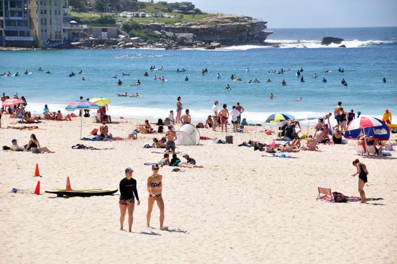 Путешественник и австралийские люди приходят к пляжу Bondi на Сиднее стоковая фотография