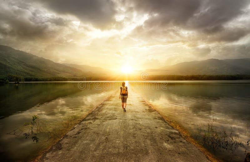 Путешественник идя вдоль дороги к горам стоковые фотографии rf