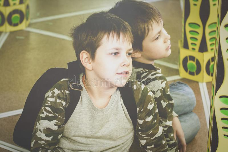 Путешественник мальчика в лабиринте зеркала уставшем и в хорошем настроении стоковое изображение