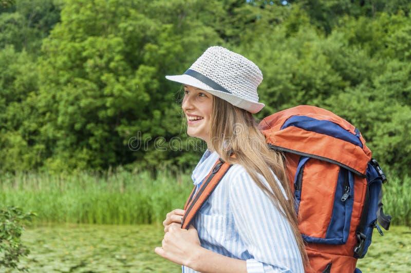 Путешественник молодой женщины стоковые фото