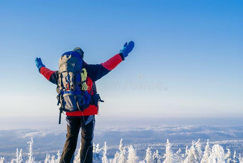 Путешественник наслаждается красивым пейзажем зимы стоковое фото