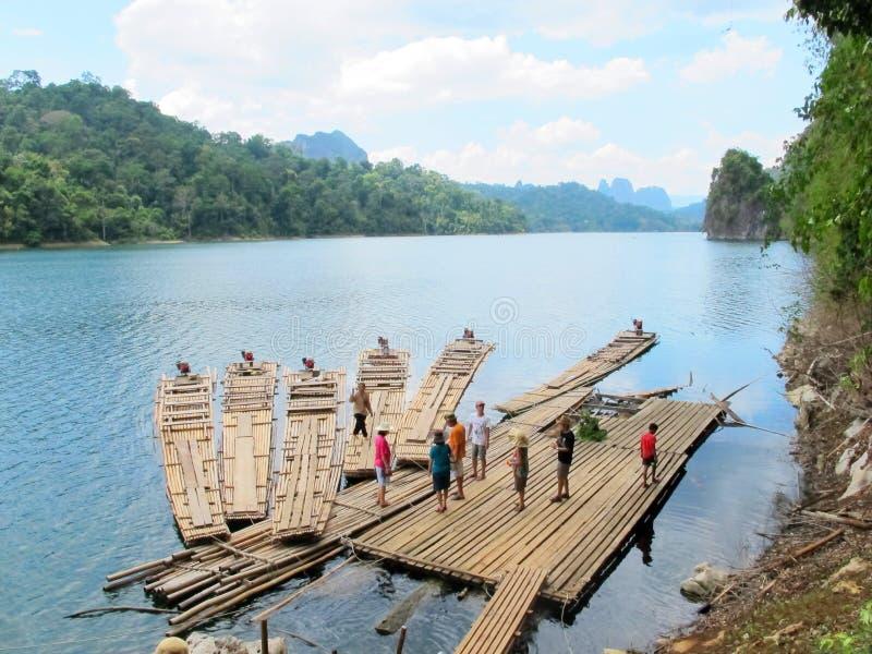 Путешественник на бамбуковом сплотке стоковое изображение rf