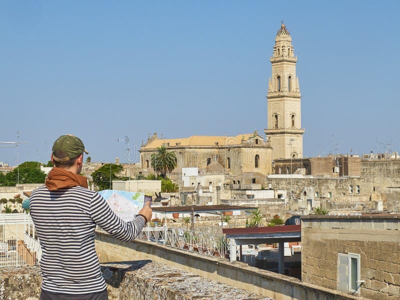 Путешественник перед взглядом крыши Lecce Апулия, южная Италия стоковое изображение rf