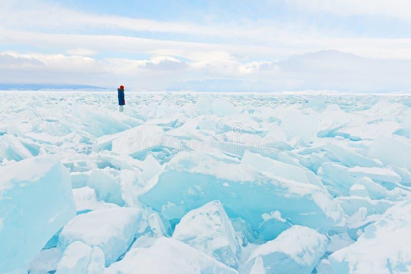 Путешественник смотрит к полю льда покрывая озеро Байкал в зиме стоковое изображение rf