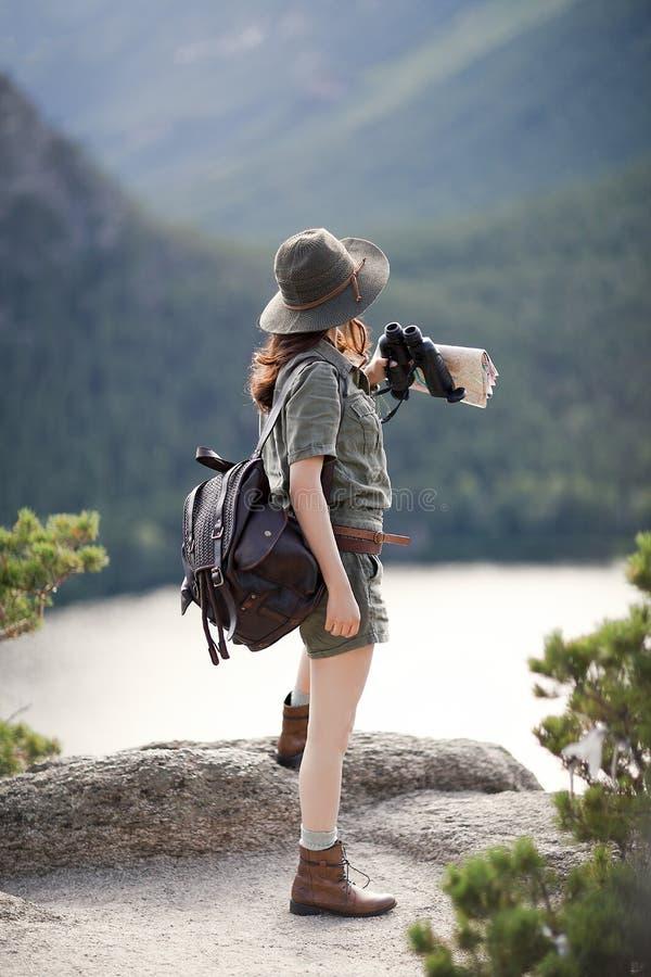 Путешественник стоит на камне стоковые изображения rf