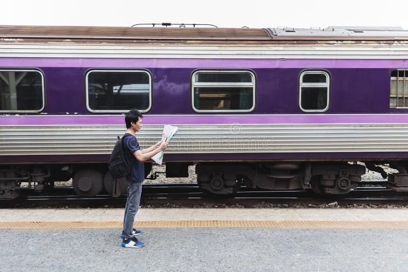 Путешественник с картой на вокзале стоковые изображения