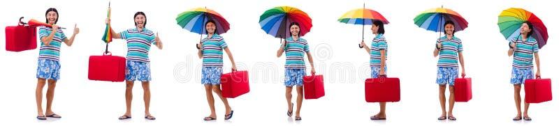 Путешественник с красным случаем и зонтик изолированный на белизне стоковое фото