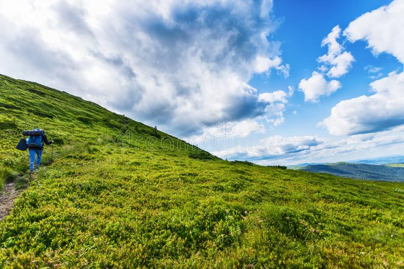 Путешественник с рюкзаком Ландшафт горы с красивыми облаками r carpathians Перемещения hiking стоковые изображения rf