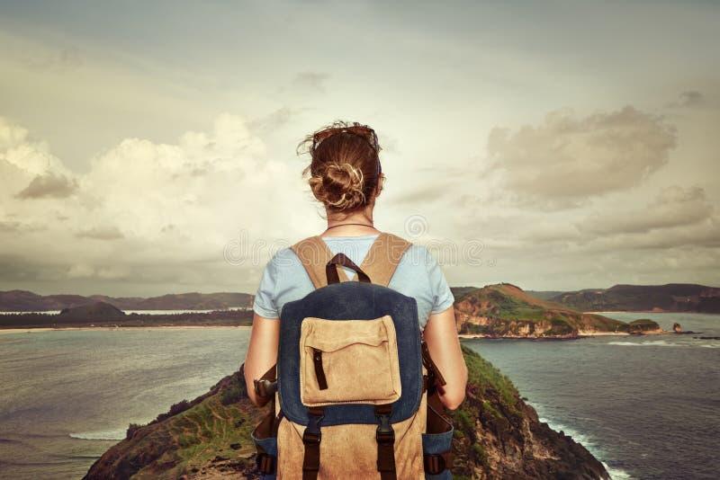 Путешественник с рюкзаком наслаждаясь пляжем взгляда сногсшибательным тропическим стоковое изображение rf