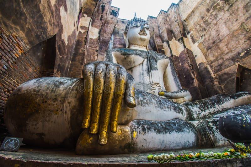 Путешественник Таиланда парка Sukhothai исторический со старой статуей Будды на виске приятеля Wat Si стоковое изображение rf