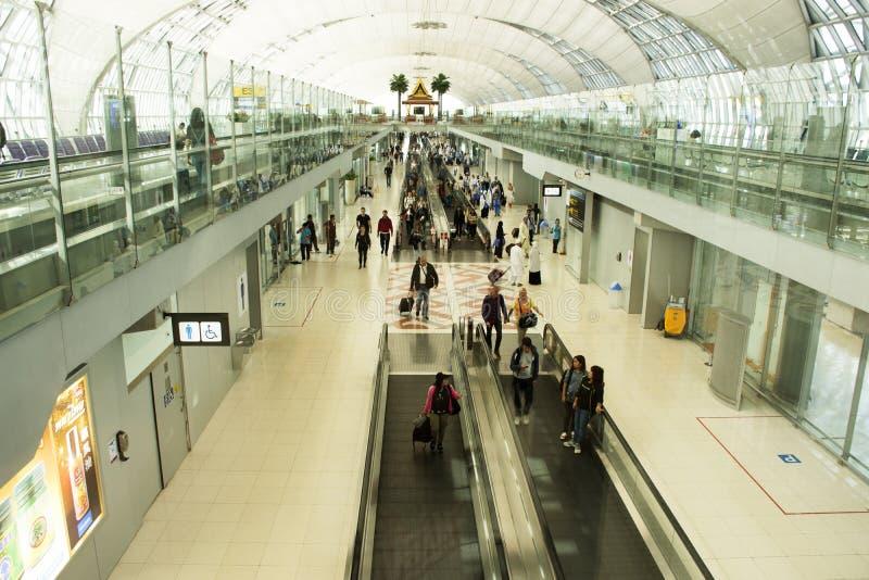 Путешественник тайских людей и иностранцев в международном аэропорте Suvarnabhumi стоковая фотография rf