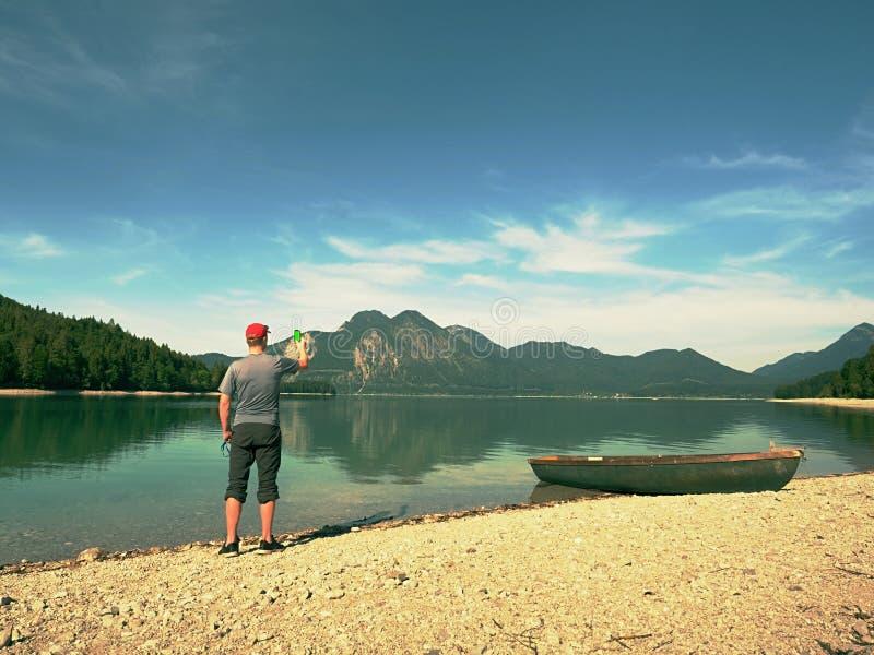 Путешественник фото принимая фото памяти пейзажа озера Голубое озеро стоковые изображения