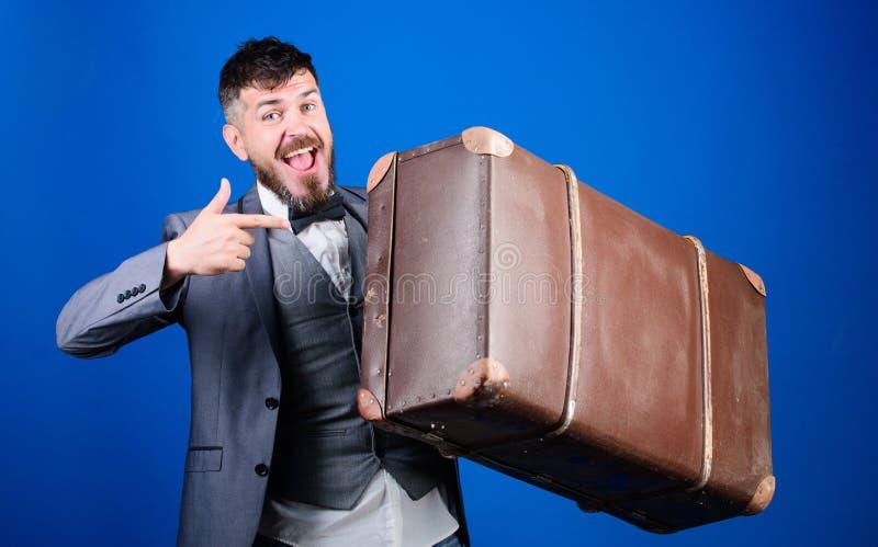Путешественник хипстера с багажем Страхование багажа Человек хорошо выхолил бородатый хипстер с большим чемоданом Примите все ваш стоковые фото