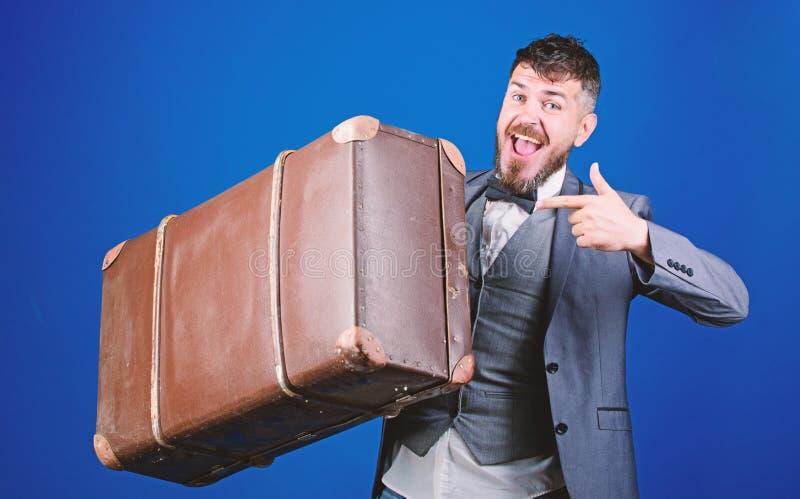 Путешественник хипстера с багажем Страхование багажа Человек хорошо выхолил бородатый хипстер с большим чемоданом Примите все ваш стоковые изображения rf