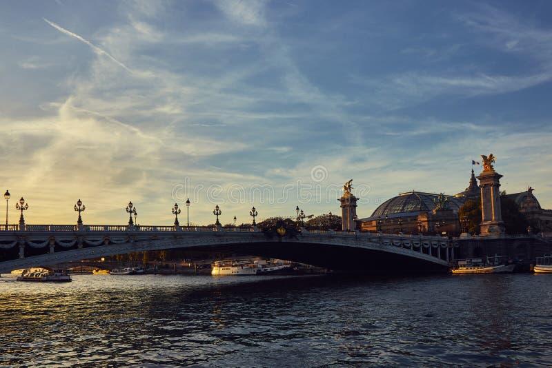 Путешествие шлюпки на Реке Сена в Париже, Франции стоковые изображения rf