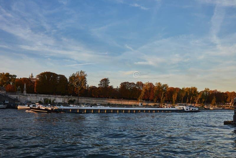 Путешествие шлюпки на Реке Сена в Париже, Франции стоковая фотография