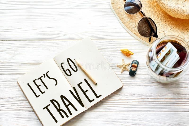 Путешествия позвольте ` s пойти концепция знака текста перемещения на тетради запланирование стоковое изображение rf
