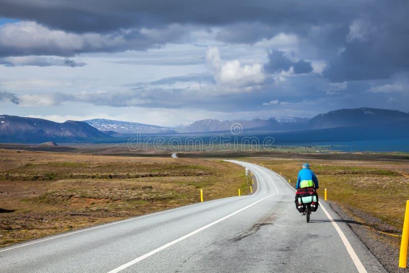 Путешествовать велосипедист в Исландии стоковые изображения rf