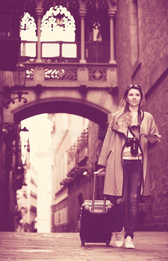 Путешествовать женщина идя в город стоковые изображения