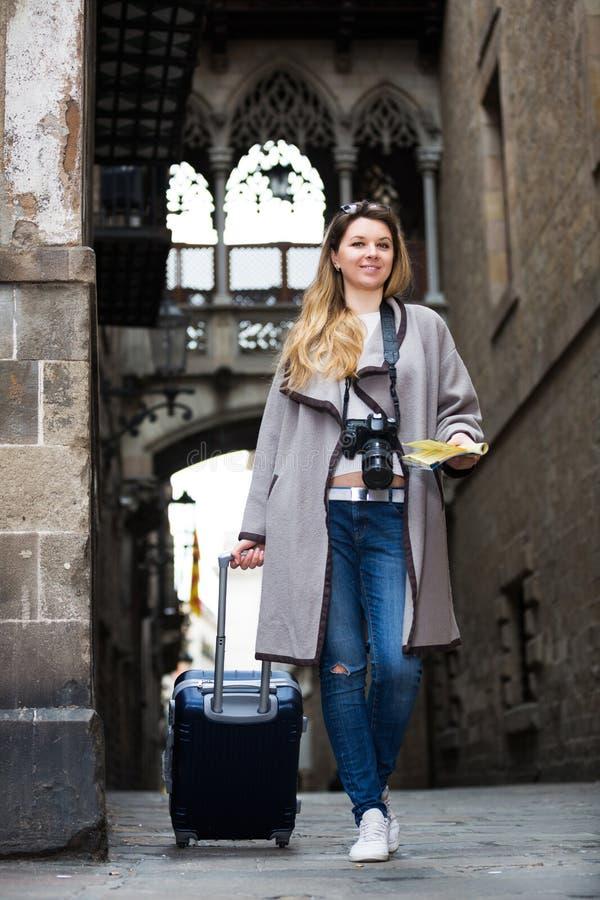 Путешествовать женщина идя в город стоковые изображения rf
