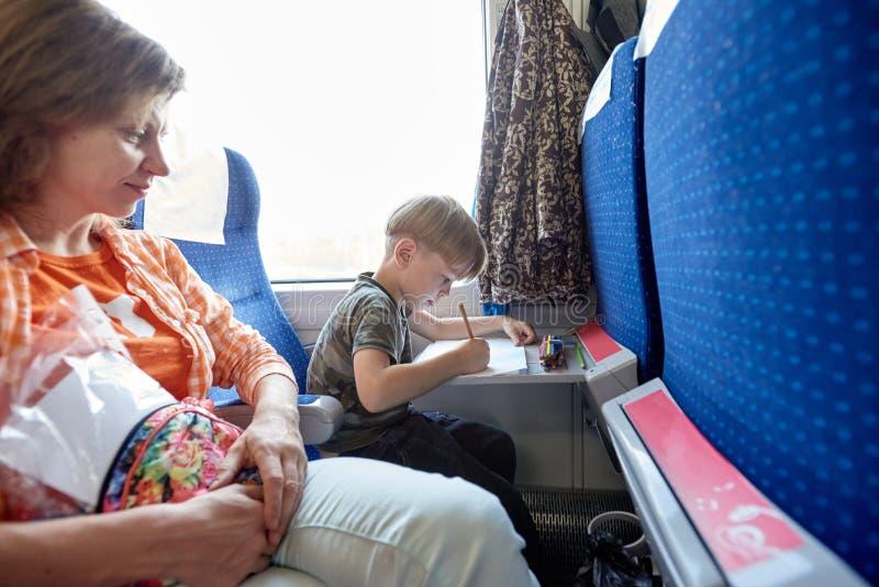 Путешествовать матери и сына стоковые изображения rf