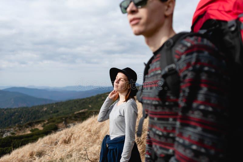 Путешествовать пары в любов к верхней части горы стоковые изображения rf
