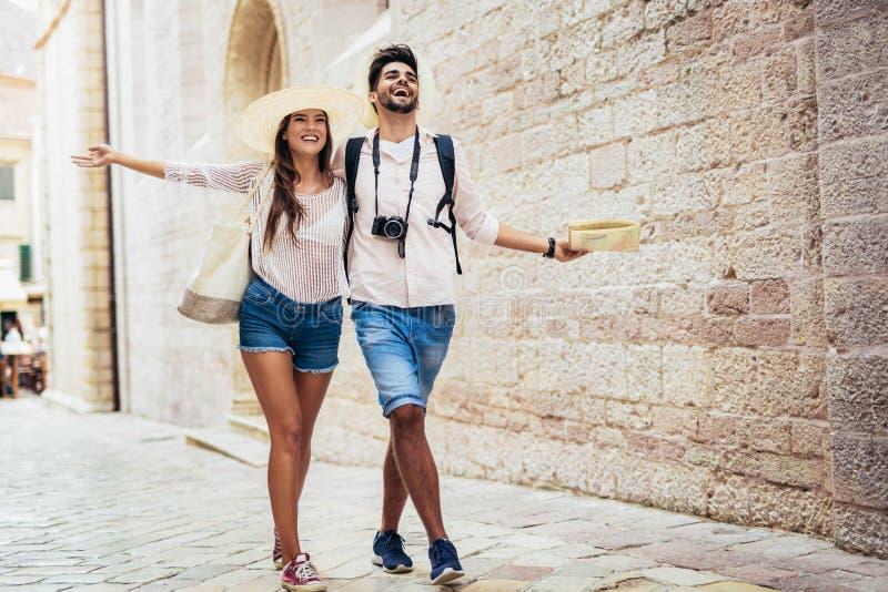 Путешествовать пары туристов идя вокруг старого городка стоковая фотография rf
