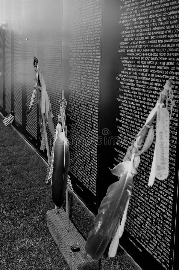Путешествовать стена Вьетнама мемориальная с пер для того чтобы удостоить всех коренных американцев стоковые фотографии rf