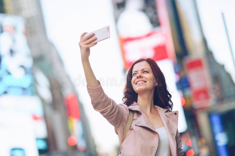 Путешествовать счастливая женщина стоковое изображение rf