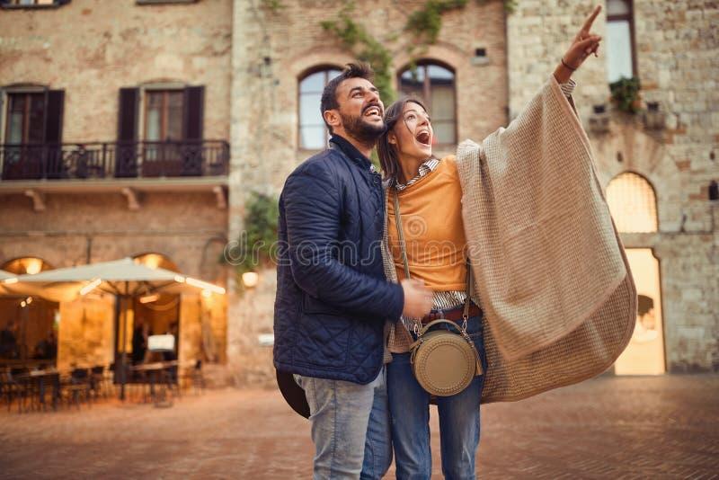 Путешествовать туристы пар идя вокруг старого городка стоковые фото