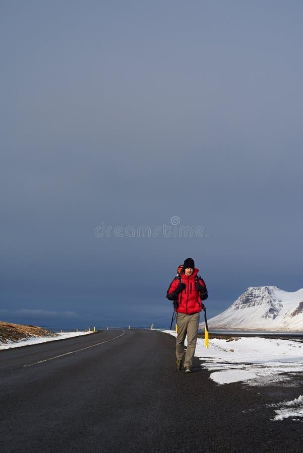 Путешествовать backpacker в Исландии стоковая фотография rf