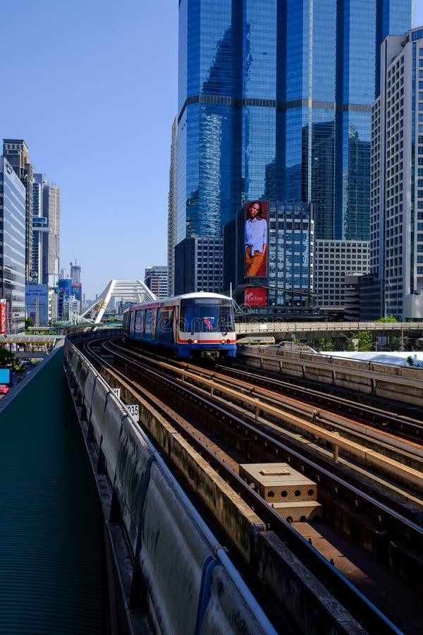 Путешествовать BTS в Бангкоке помогающее экономить время стоковая фотография rf