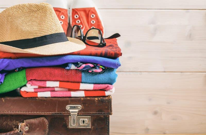 Путешествуйте аксессуары на чемодане и белой предпосылке - скопируйте космос стоковое фото