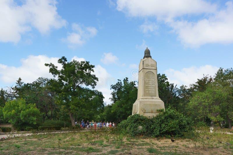 Путешествуйте группа около памятника к солдатам четвертого бастиона на историческом бульваре стоковые изображения