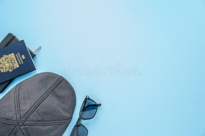 Путешествуйте дело или каникулы flatlay на голубой предпосылке стоковые фотографии rf