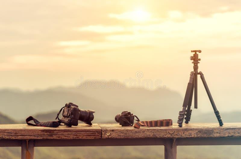 Download Путешествуйте оборудование фотографа с красивым ландшафтом на ба Стоковое Изображение - изображение: 72658213