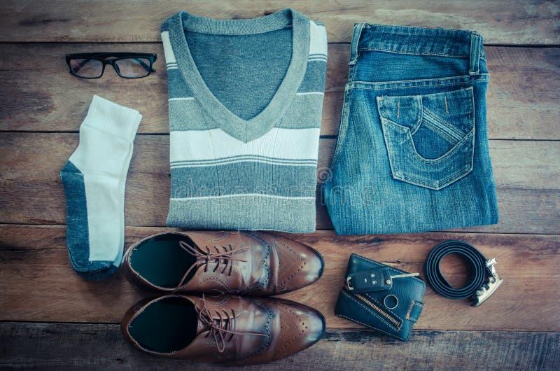 Путешествуйте одеяние аксессуаров одежды вперед на деревянном поле стоковая фотография