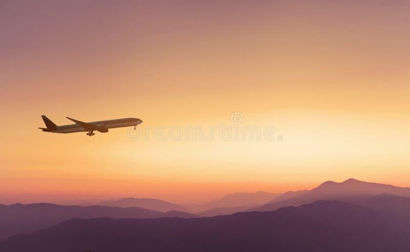 Путешествуйте предпосылка концепции, самолет в небе захода солнца стоковые изображения