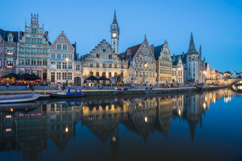 Путешествуйте предпосылка городка города Бельгии средневековая европейская с каналом стоковые изображения rf