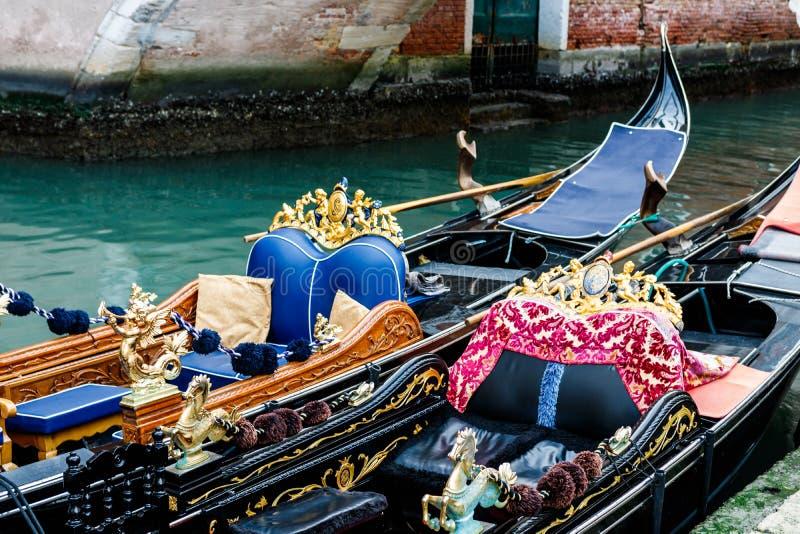 Путешествуйте фото 2 пустых гондол, ждать туристов в грандиозном канале стоковая фотография