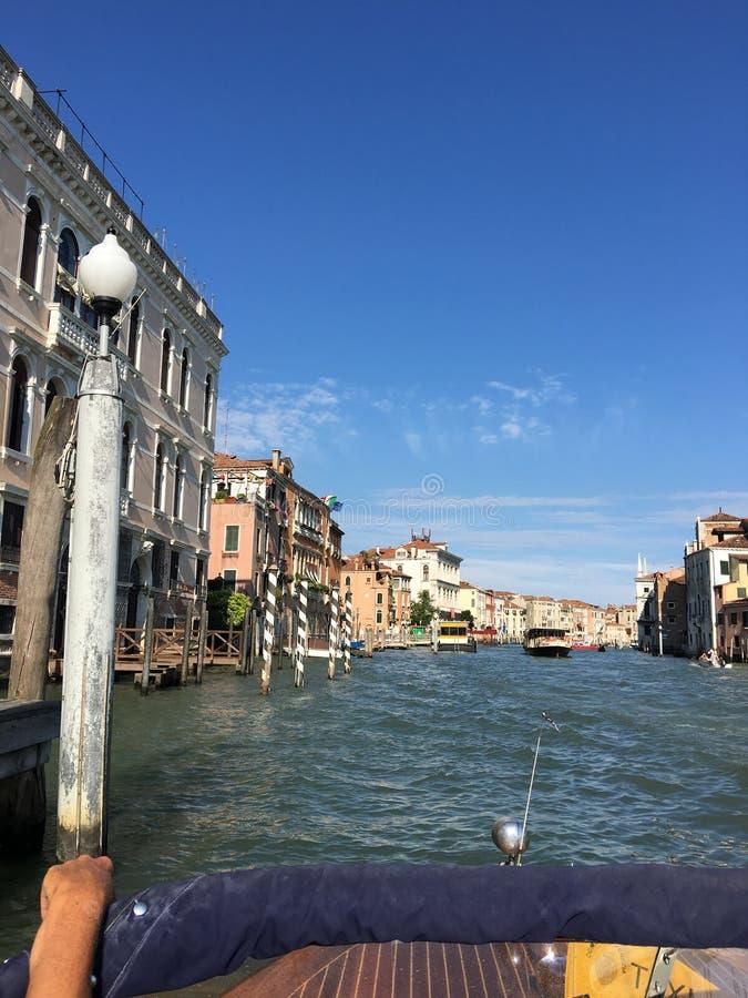 Путешествующ водой вдоль каналов сценарной Венеции, Италия стоковые изображения rf