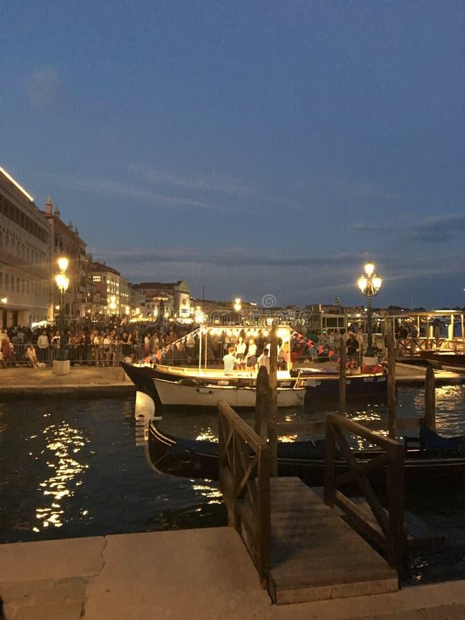 Путешествующ водой вдоль каналов сценарной Венеции, Италия стоковое фото rf