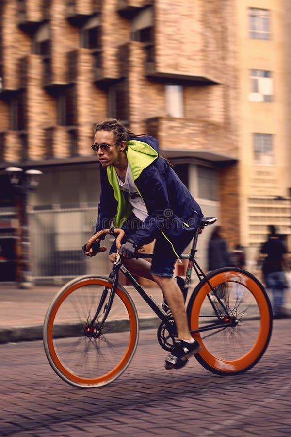 Путешествующ город быстро велосипедом стоковые изображения