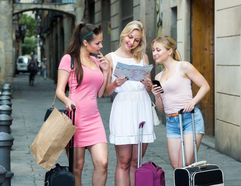 3 путешествуя девушки с бумажной картой стоковое фото rf