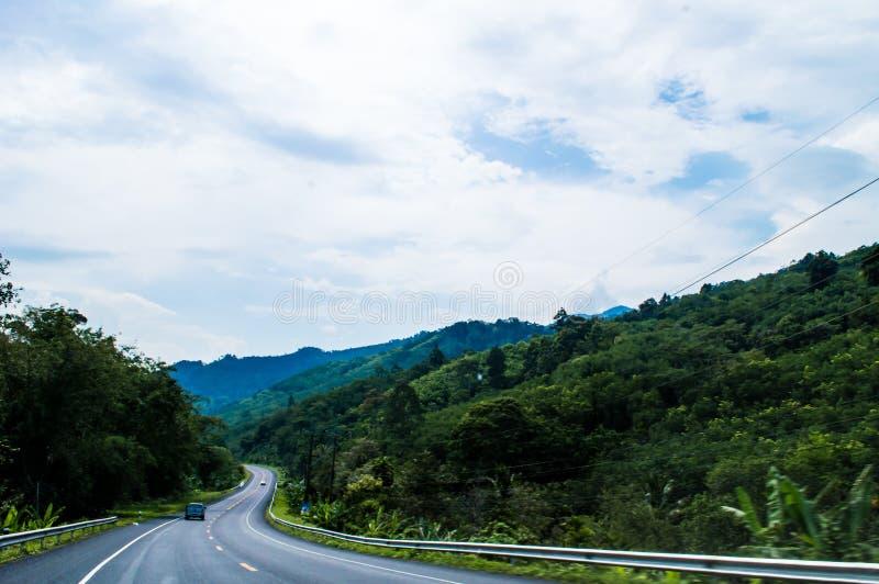 Пути с горой и небесно-голубое стоковые изображения rf