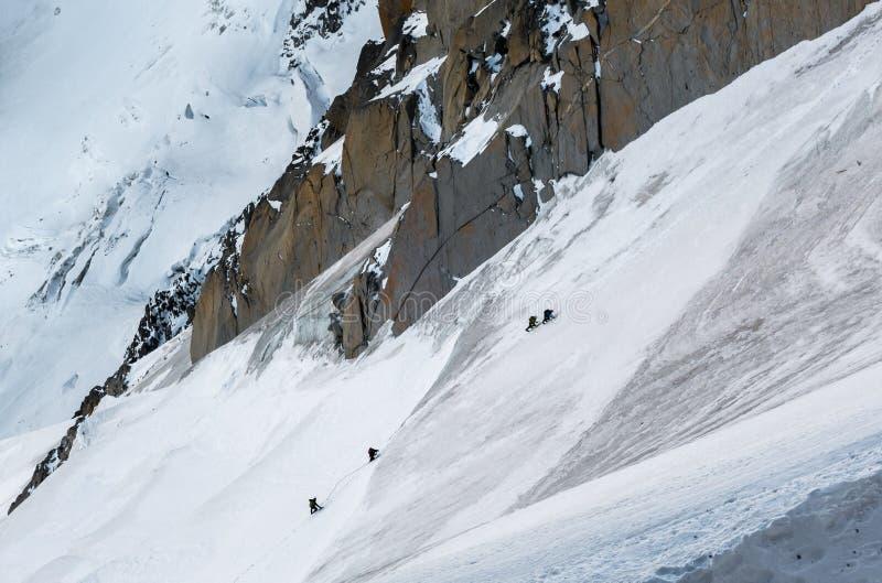Путь альпинистов восходя до Aiguille du Midi с деталями стоковое фото